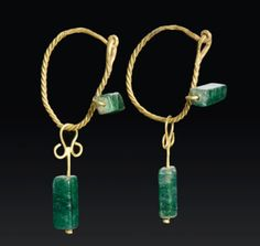 Ancient Roman gold and emerald earrings, dated to the to centuries CE. Roman Jewelry, Old Jewelry, Antique Jewelry, Vintage Jewelry, Fine Jewelry, Viking Jewelry, Byzantine Jewelry, Emerald Earrings, Emerald Jewelry