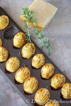Parmesan and Herb Madeleines: cup flour, 1 teaspoon baking powder, sea salt, 1 large egg, cup yoghurt blend well and add parmesan and minced fresh rosemary. Cook for 10 minutes. Good Food, Yummy Food, Tasty, Fingers Food, Madeleine Recipe, Brunch, Savoury Baking, Snacks Für Party, Tea Cakes