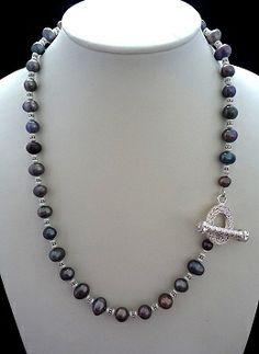 Moderner Schmuck: mittellange, trendige Perlenkette mit wunderschönem Schmuckverschluss. Zu schön um rückwärts getragen zu werden. Dazu diese tollen schwarzen und kleinen weißen Süßwasser-Zuchtperlen - ein Gedicht! Oder um es in der heutigen Sprache zu sagen: ein Must have! Die Metallteile sind nickelfrei versilbert. Preis: 47,00 EUR
