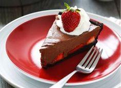 """Σοκολατόπιτα """"Όασις"""" με φράουλες σε μπισκοτένια βάση"""