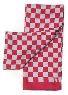 Šála ze 100% hedvábí. Tmavě červené a světle šedé kostičky se na šále  pravidelně střídají.