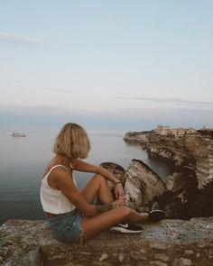 🌄 𝐁𝐨𝐧𝐢𝐟𝐚𝐜𝐢𝐨 Première photo d'une longue série je pense 🙈 de cette jolie ville de Bonifacio. Je ne connaissais pas la Corse mais j'avoue être tombée sous le charme de cette île pittoresque et nature, où se côtoient mer et montagne, bref vous l'aurez compris, j'adore ! Le lendemain de notre arrivée, nous nous sommes levés très tôt (5h45) pour pouvoir apprécier le lever du soleil ( bon j'avoue on ne le voit pas sur cette photo, mais il y en aura