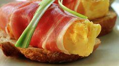 Eggerøre på bruschetta med spekeskinke - Gjester - Oppskrifter - MatPrat