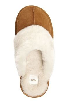 UGG is offering specials in this winter.A great deal ! Just check it ! It will make you surprised ! Soft Slippers, Ugg Slippers, Fashion Bags, Fashion Shoes, Fashion Trends, Sheepskin Ugg Boots, Furry Boots, Street Style Shoes, All About Shoes