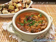 La zuppa di funghi alla toscana è una zuppa molto saporita ottima in questo periodo da servire con dadi di pane tostato.