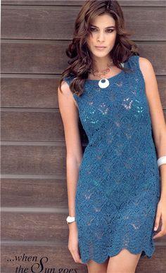 Вязаное спицами платье с ажурным узором