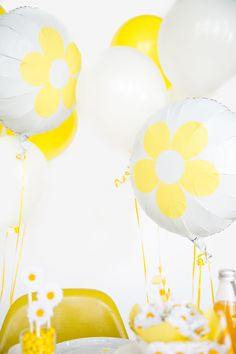 It's easier than you think to customize basic party plates, napkins + tableware. Party Hacks, Party Ideas, Flower Power Party, Daisy Party, I Spy Diy, Spring Projects, Spring Party, Wedding Balloons, Party Plates