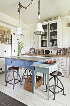 """Nowadays, more and more people are utilizing the """"shabby chic"""" approach to interior design and decoration. Dining Room Renovation, Home, Modern Dining Room, Dream Kitchens Design, Kitchen Remodel, Kitchen Decor, Home Kitchens, Cottage Kitchens, Shabby Chic Homes"""