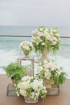 Arranjos de flores e vasos, caixotes e  bancos restaurados