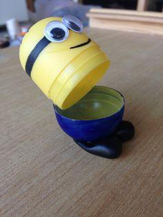 Minion réalisé avec la coque en plastique d'un kinder surprise