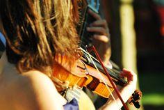Violinista y guitarrista al aire libre