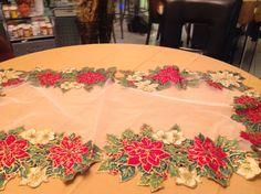 Mantelito navideño en bordado líquido Napkins, Tableware, Crafts, Flower, Embroidery, Pyrography, Pintura, Blue Prints, Manualidades