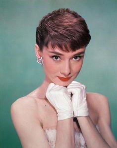 Audrey Hepburn - Notre joli minois s'accommode parfaitement de ces cheveux courts et de la frange assortie. A noter : la coupe garçonne est à privilégier pour les visages carrés dont elle adoucit les contours.