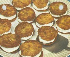 Kniplingskager Småkager med hakkede mandler, som evt. kan lægges sammen med flødeskum eller marmelade og bruges som dessert. Ca. 40 stk.