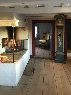 Fiskartorp från tidigt 1700-tal Swedish Cottage, Old Cottage, Scandinavian Cottage, Plain English Kitchen, Farmhouse Architecture, Old Room, Log Cabin Homes, Cottage Interiors, Farmhouse Design