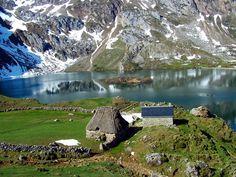 """Parque Natural de Somiedo - Asturias, España/ La fisonomía glaciar de esta zona ha dado lugar a numerosos lagos y lagunas, situados a más de 2.000 metros de altura. Reino del oso, del urogallo y de los """"vaqueiros de alzada"""", de sus rebaños trashumantes y sus cabañas de teito, ejemplo de arquitectura integrada en el paisaje. Somiedo es el paradigma de la convivencia del hombre y la naturaleza / http://blogs.lasprovincias.es/elmundoalacarta/2012/11/11/asturias-verde-que-te-quiero-verde/"""