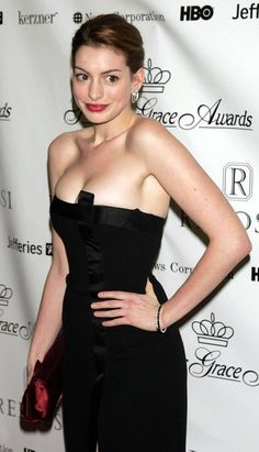 """Anne Hathaway: """"Don't Talk To Me""""—-But Look Sideways for Sideboob Beautiful Celebrities, Beautiful Actresses, Anne Hathaway Photos, Felicia Day, Beautiful Brown Eyes, Bollywood, Hollywood Actresses, Strapless Dress Formal, Celebs"""
