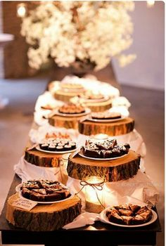 Coucou les filles, Je vous propose une petite sélection de desserts pour votre mariage rustique. J'aime particulièrement l'idée de reprendre une vieille commode et d'y déposer des cake pops, je trouve ça génial ! Et les petits cake topper en