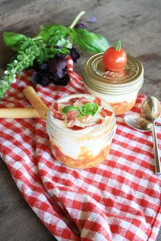 Tomato, basil and parmesan tiramisu. Antipasto, Tapas, Fingers Food, Catering, Vegetarian Recipes, Cooking Recipes, No Salt Recipes, Happy Foods, Snacks