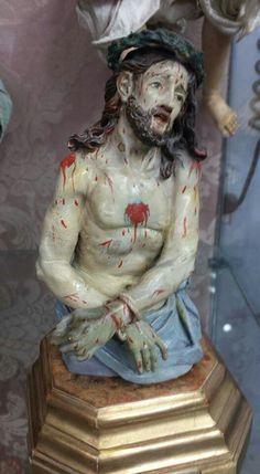 Cristo em madeira policromada com base folhada a ouro. Meados sec XIX