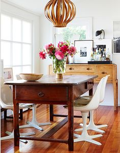 I like the table, not the chairs.This dining room has an appealing mix of vintage and modern elements. Dining Room Inspiration, Interior Design Inspiration, Home Decor Inspiration, Home Interior Design, Interior Decorating, Up House, Interiores Design, Home And Living, Home Kitchens