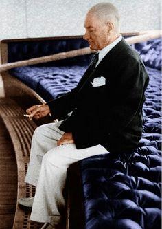 """Mustafa Kemal Atatürk : """"Ne kadar zengin ve müreffeh olursa olsun, istiklâlden mahrum bir millet, medenî insanlık karşısında uşak olmak mevkiinden yüksek bir muameleye lâyık sayılamaz."""" #ataturk"""
