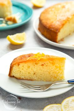 The world's best lemon drizzle cake recipe - A Mummy Too - I spent ages trying to find a lemon cake that was…well, lemony enough! I like my lemon cake to be - Best Lemon Drizzle Cake, Lemon Drizzle Cupcakes, Lemon Syrup Cake, Vanilla Cake, Best Lemon Cake Recipe, Citrus Cake, Lemon Recipes, Salty Cake, Savoury Cake