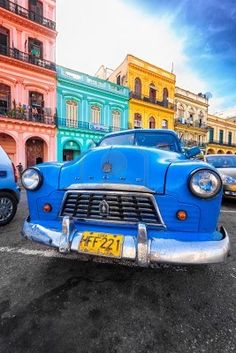 Viejo Dodge en mal estado en un colorido barrio de La Habana
