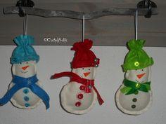 Sneeuwpoppetjes van vilt.
