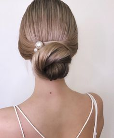 Gorgeous Super-Chic Hairstyle That's Breathtaking updo braided updo hairstyle,simple updo, swept back bridal hairstyle,updo hairstyles ,wedding hairstyles Bridal Hair Updo, Simple Wedding Hairstyles, Chic Hairstyles, Braided Hairstyles Updo, Bride Hairstyles, Updo Hairstyle, Hairstyle Ideas, Hairstyle Wedding, Hair Ideas