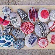"309 mentions J'aime, 24 commentaires - füsun aydınlık (@zeustones) sur Instagram: ""#paintedstones #piedraspintadas #pebbles #rocks #ink #graphic #koi #koifish #fish #sun #trees…"""
