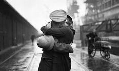 Un soldato bacia la moglie presso il porto King George V a Londra, al ritorno da una missione in India, 1934