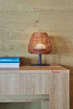 Bohème est une lampe de table LED sans fil avec un pied en acier, un abat-jour en rotin et une base LED blanc chaud/blanc froid à intensité variable. Cette lampe à poser se distingue par son design tendance et folk mais également par son autonomie de fonctionnement (jusqu'à 8h). Lampe à poser autonome, elle apportera à votre décoration une touche tendance et naturelle. Elle est idéale comme lampe de table design, lampe de chevet, veilleuse ou encore pour illuminer vos tables de fêtes. #lampe Table Led, Tables, Decoration, Lighting, Home Decor, Cordless Table Lamps, Bed Reading Light, Night Light, Mesas