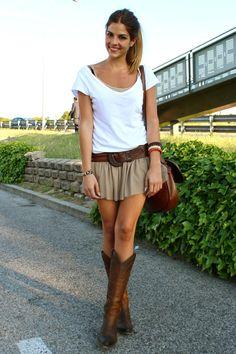 Khaki mini skirt or shorts, white tshirt, leather bag and belt, awesome cowboy boots!