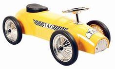 Marquant Taxi 8605, Metalen Retro Loopauto. Gebaseerd op de stijl van formule 1 wagens en taxi's van vroeger, is deze kinderreplica een prachtig exemplaar voor jong om zich heerlijk mee te vermaken of voor oud als een verzamelobject. Een kind kan zich met deze wagen leuk zowel een snelheidsmannetje als een taxichauffeur voelen.