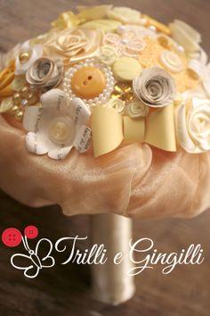Bouquet giallo, miele e avorio :) info@trilliegingilli.com www.trilliegingilli.com (Bouquet sposa alternativi, particolari, originali, con bottoni, fiori di carta, stoffa, pizzo, perle, ecc.)