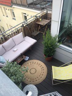 Egal Ob Regen Oder Sonnenschein Auf Diesem Balkon Kannst Du Immer Draussen Sitzen Schon Eingerichtet Lasst Es Sich Gleich Noc Wohnung Suchen Balkon Wohnideen
