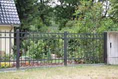 Ein moderner Zaun mit Kreisen und geradlinigen Eisen. Er gehört zu den mittelpreisigen Zäunen. MODELL NR. 22