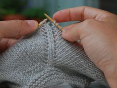 Knitting is an interesting art and most of the people spend their leisure period in knitting socks, sweaters and other things. Therefore, many people are crazy about knitting and they love vogue knitting. Vogue Knitting, Lace Knitting, Knitting Stitches, Knit Crochet, Diy Crafts Knitting, Easy Knitting Patterns, Knitting Designs, Knitting Basics, Knitting Videos