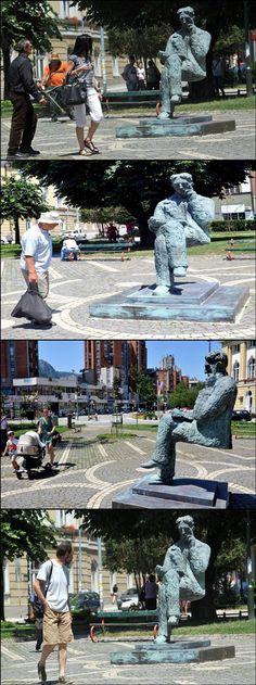 """Nikola Tesla. Estatua en un parque en el centro de Uzice, Serbia. En el distrito de Zlatibor. La escultura se llama """"trabajo flotante de Tesla. A 115 años de la fundación de la central hidroeléctrica en Uzice, Que es la segunda en el mundo después de las  Cataratas del Niagara en producción de electricidad"""