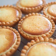 和泉光一さんの「【LIVE 2017/7/11】タルト フロマージュ」レシピ。製菓・製パン材料・調理器具の通販サイト【cotta*コッタ】では、人気・おすすめのお菓子、パンレシピも公開中!あなたのお菓子作り&パン作りを応援しています。 Sweets Recipes, Cheese Recipes, Making Sweets, Japanese Sweet, Sweet Pie, Cute Food, Bread Baking, Bakery, Cheesecake
