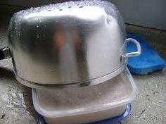 Foto: PASTA DE BRILHO CASEIRA   Ingredientes  1/2 barra de sabão em pedra comum 1/2 barra de sabão de coco 1 litro de água filtrada coloque tudo numa panela média. Leve ao fogo e deixe ferver até derreter todo o sabão. Assim que derreter, retire a panela do fogo e acrescente: 3 colheres ( sopa ) de vinagre 1 colher ( sopa ) de açúcar 3 colheres ( sopa ) de detergente líquido  Modo de fazer  Despeje numa vasilha que caiba toda esta mistura, deixe descansar de um dia para o outro que vai…