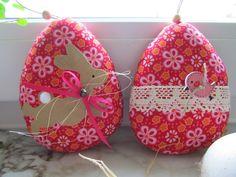 Zwei Ostereier für deinen Osterstrauß, verarbeitet im Kranz oder an der Stange im Fenster.  Nach Tilda Vorlagen aus schönem  Frühlingsstoff genäht und mit süßen Accessoires verziert.  Das Gesicht...