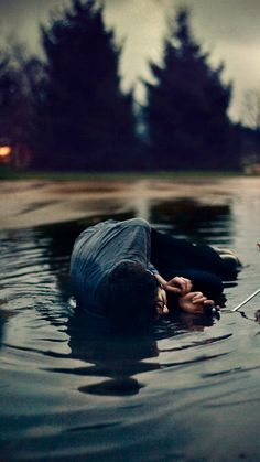'،. أعلّل النفس بالآمال أرقبها ما أضيق العيش لولا فسحة الأملِ   لم أرتضِ العيش والأيّام مقبلةٌ فكيف أرضى وقد ولّت على عجلِ !؟  • الطغرائي