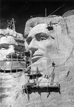 Workers sculpt President Lincoln's face on Mount Rushmore in this historic photo American Art, American History, Old Photos, Vintage Photos, Memorial Park, Black N White Images, Historical Photos, Mount Rushmore, Photo Art
