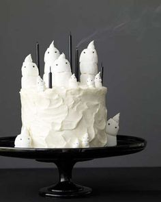 Easy-to-make marshmallow ghost cake for Halloween. Easy-to-make marshmallow ghost cake for Halloween. Source by marthastewart Menu Halloween, Halloween Torte, Pasteles Halloween, Dulces Halloween, Manualidades Halloween, Holidays Halloween, Halloween Treats, Happy Halloween, Halloween Desserts