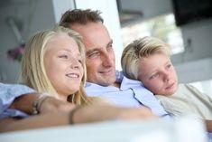 Manapság gyakori szituáció, amikor a szülők szakítása után az egyik – vagy akár mindkét – fél szeretné gyerekeit megismertetni új kapcsolatával, mi több, akár közös életet is kialakítani velük. De hogyan lehet ezt jól elkezdeni? Hogy a gyerekek a lehető legkevésbé sérüljenek? Deliága Éva gyermekpszichológus cikke. Couple Photos, Couples, Couple Shots, Couple Photography, Couple, Couple Pictures