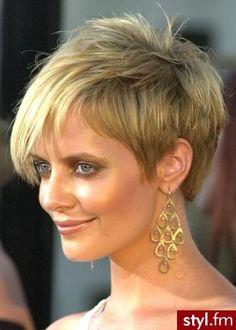Krótka, blond fryzura z dłuższą grzywką