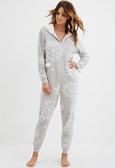 You'll be saying no to nights out when you see these snuggle-worthy sleepwear and luxe onesies. Cute Sleepwear, Girls Sleepwear, Pijamas Onesie, Gilet Kimono, Pijamas Women, Cosy Outfit, Christmas Onesie, Cute Pajamas, Lazy Outfits