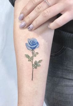 Feed Your Ink Addiction With 50 Of The Most Beautiful Rose Tattoo Designs For Men And Women - jaw-dropping rose ideas Form Tattoo, Shape Tattoo, Color Tattoo, Unique Tattoos, Beautiful Tattoos, Small Tattoos, Small Colorful Tattoos, Sweet Tattoos, Tattoo Model Mann